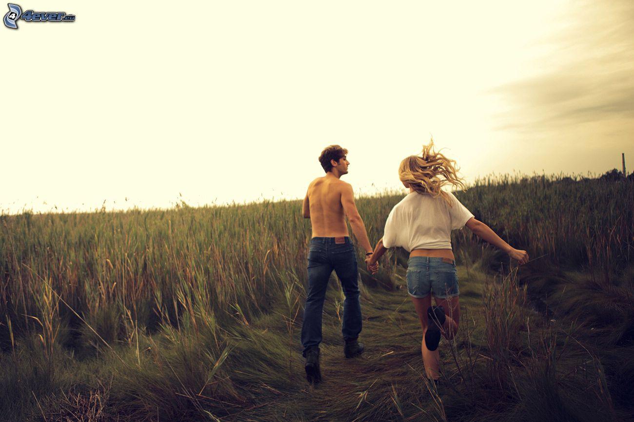 Фото девушки и парня в лесу 19 фотография